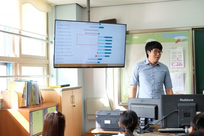 칸아카데미를 활용하는 교사 회원 페이지에는 소수 단원의 각각의 소 단원에서 전체 학생들이 어떤 학습 진도를 따르고 있는지, 어떤 단원을 대체적으로 어려워하는지 한눈에 볼 수 있는 그래프가 제공된다. 화면에 보이는 막대그래프에서 오른쪽 짙은 파란색으로 갈수록 학습이 완료된 학생, 왼쪽 빨간색으로 표시된 부분이 해당 단원을 어려워하는 학생의 비율을 나타낸다. 회색은 아직 진도를 나가지 않은 학생의 비율을 뜻한다. 학생들에게 전체 학생들의 진도 현황을 공유하는 고규환 교사. 해당 그래프의 영역을 클릭하면 각각 해당 부분에 속하는 학생들의 명단도 확인할 수 있다. - 염지현 제공